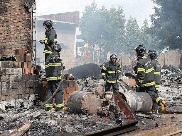 Fábrica de Piscinas foi totalmente destruída por incêndio e prejuízo pode passar dos R$ 3 milhões