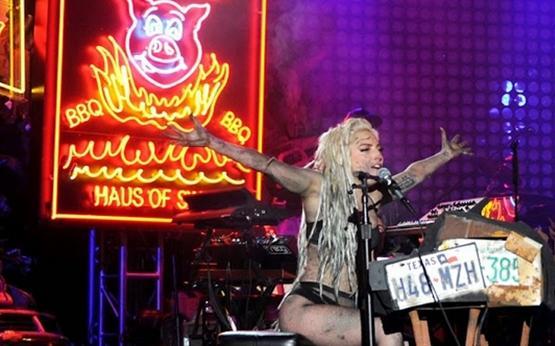 Lady Gaga leva banho de vômito em show e critica a indústria da música pop