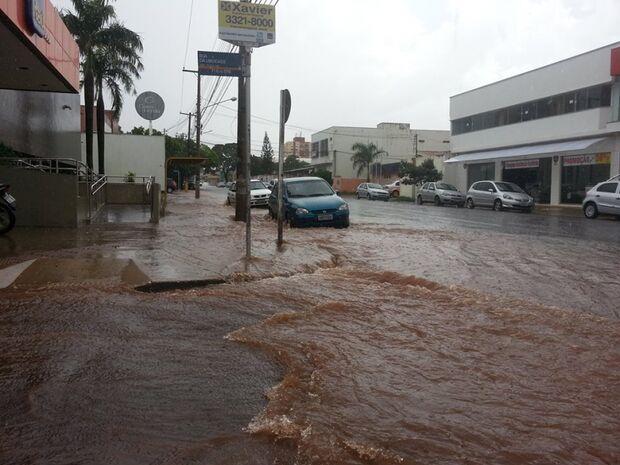 Chuva leva terra de cemitério para rua 14 de julho