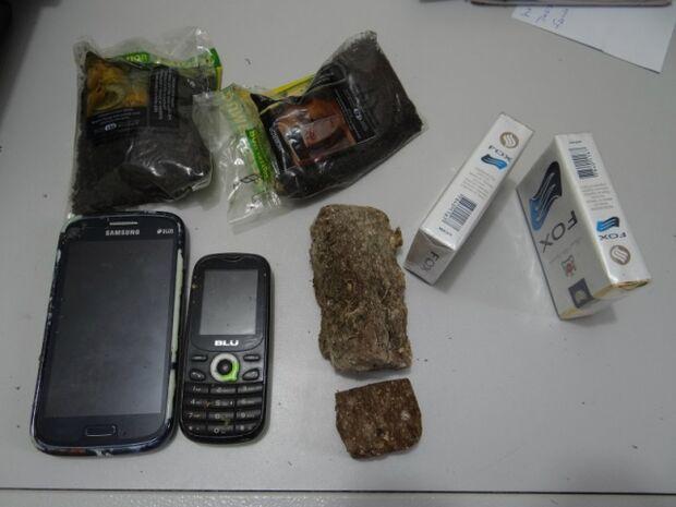Adolescentes são apreendidos tentando jogar cigarros e drogas em Unei