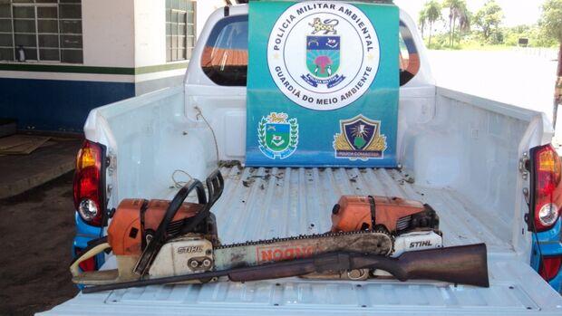 PMA localiza extração ilegal de aroeira e criminosos fogem abandonando arma e motosserras