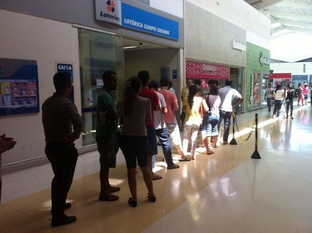 Pessoas lotam lotéricas com o sonho de ganhar na Mega-Sena