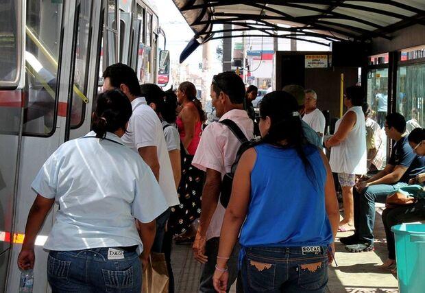 Ônibus coletivos atrasam em feriado prolongado e deixam usuários irritados