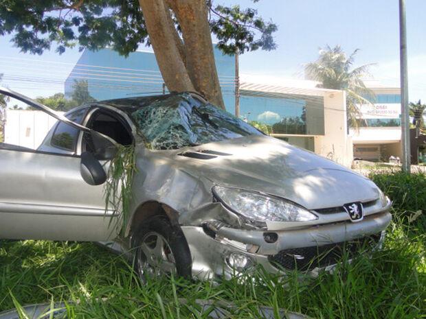 Condutor colide contra camionete, capota o carro e acerta árvore