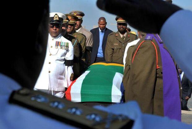 Termina funeral, e corpo de Nelson Mandela é sepultado em Qunu
