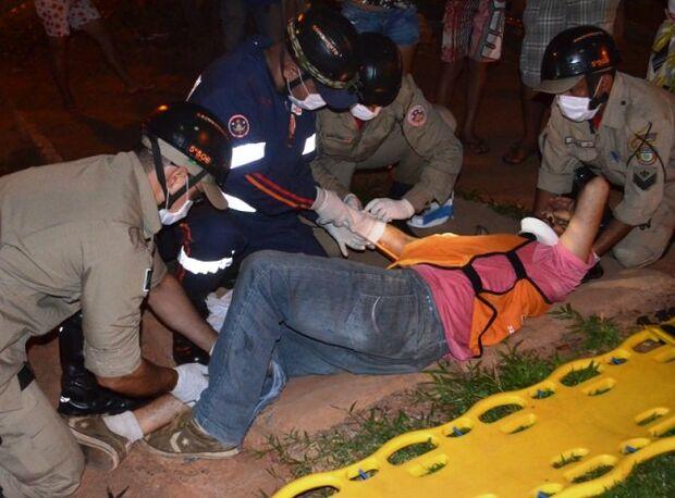 Mototaxista fica ferido ao ser atingido por carro em Coxim