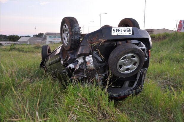 Motorista perde a direção do veículo, capota e deixa três feridos em Nova Andradina