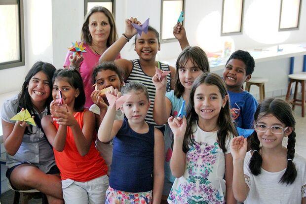 Origamis viram borboletas encantadas e outras figuras para crianças em oficina