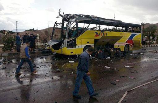 Dois coreanos e o motorista morrem em explosão de ônibus de turismo no Egito