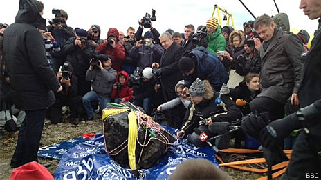 Mergulhadores retiram pedaço de meteoro de lago russo