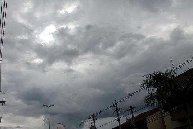 Manhã com céu nublado na Capital e com possibilidade de chuva forte à tarde