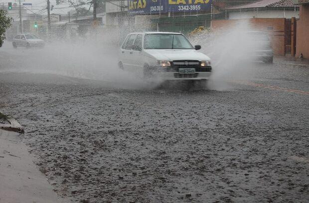 Chuva forte surpreende meteorologistas e castiga alguns pontos de Campo Grande