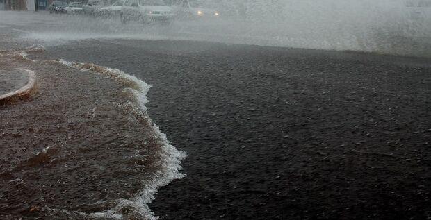 Avenidas da Capital ficam alagadas com pancada de chuva na manhã desse sábado