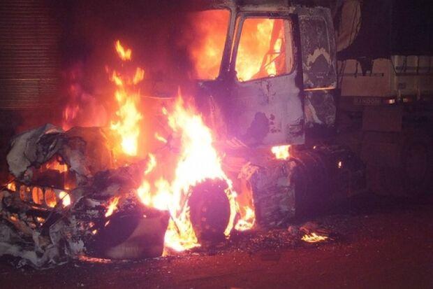 Carreta pega fogo com motorista dormindo no interior do veículo