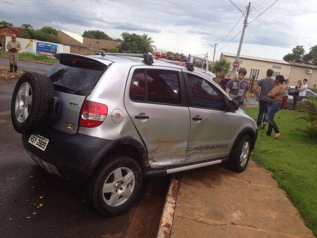 Desrespeito em cruzamento na Vila Nasser causa tombamento e deixa 2 feridos