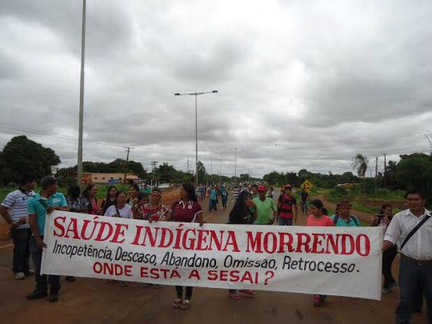 Indígenas fecham MS-156 em protesto por melhorias na saúde