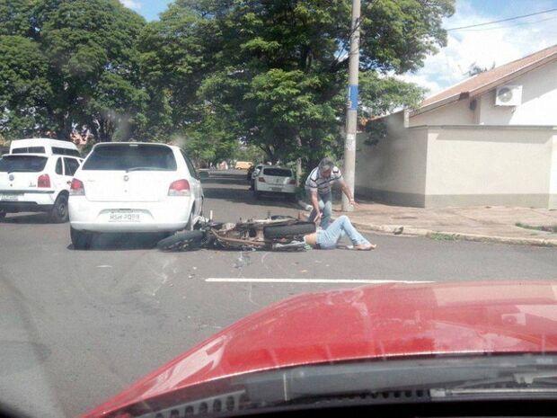 Agora: Acidente na Duque de Caxias envolvendo carro e moto