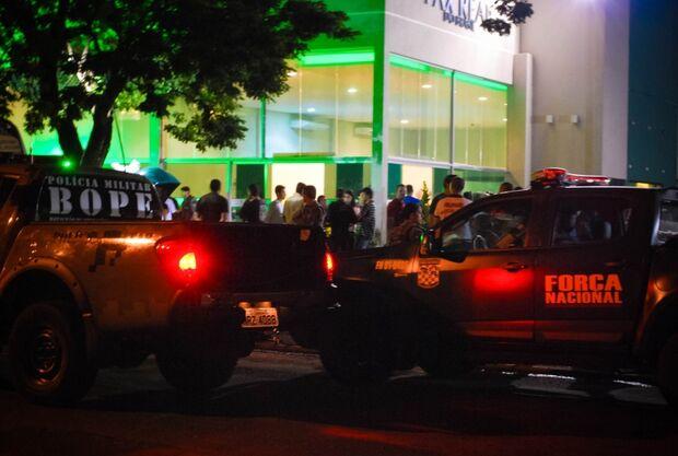 Corpo do PM morto em combate em RO chega à Capital com honras de herói