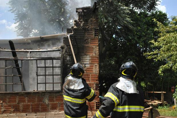 Homem esquizofrênico ateia fogo na casa onde morava com a mãe em Dourados