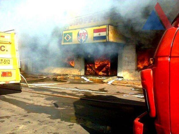 Incêndio em shopping mobiliza bombeiros brasileiros e paraguaios