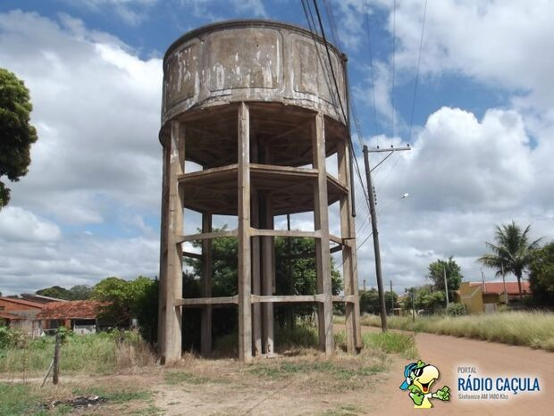 Antiga caixa d'água na região do N.O.B. pode cair a qualquer momento