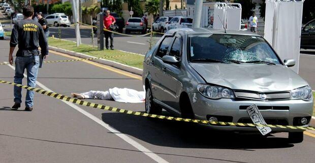 Idosa atravessa fora da faixa e é arrastada  a uma distância de 33 metros do local do acidente