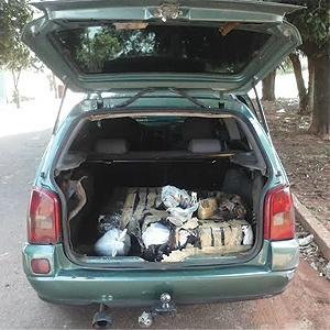 Dupla foge da polícia e abandona carro com 69kg de maconha