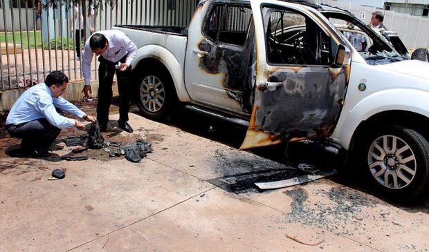Dois carros pegam fogo e causam tumulto em frente ao Imol