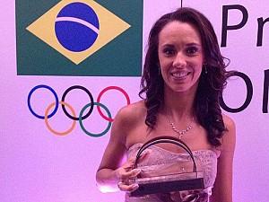 Talita recebe troféu como melhor atleta de vôlei de praia do ano