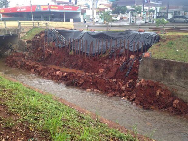Erosão no Córrego Prosa na Fernando Corrêa corre risco de desmoronamento