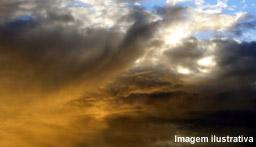 Sol entre nuvens e pancadas de chuvas à tarde em Campo Grande