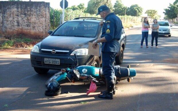Colisão entre carro e moto arremessa motociclista ao chão