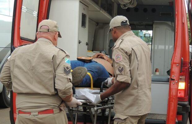 Ônibus colide em lateral de motocicleta e deixa homem ferido