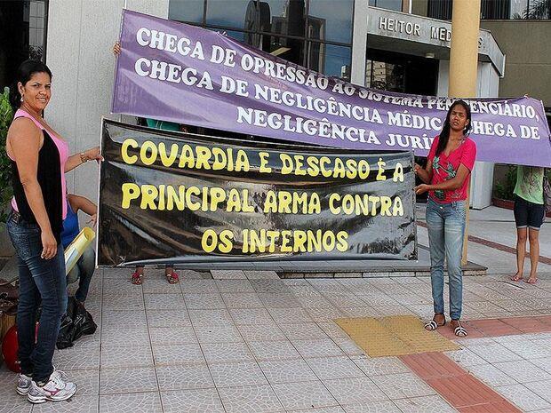 Mulheres de detentos pedem socorro aos Direitos Humanos em frente ao Fórum da Capital