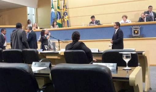 Olarte acaba como Bernal e tem pedido de cassação protocolado na Câmara