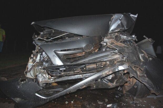 Idosa fica ferida ao colidir carro em traseira de trator
