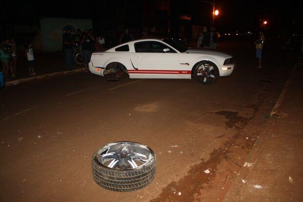 Motorista de Mustang fica sem roda e é preso embriagado