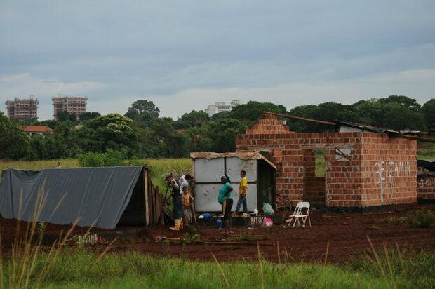 Sem-tetos acampados na Via Parque em Dourados têm 5 cinco dias para sair