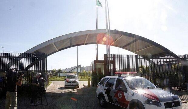 Torcedores que invadiram CT do Corinthians são detidos pela polícia