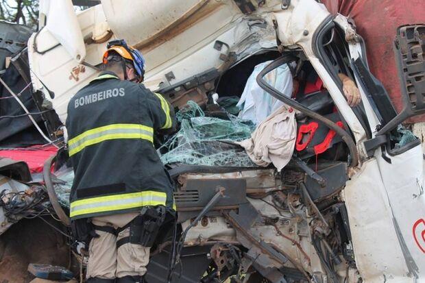 Acidente entre duas carretas mata homem prensado em cabine na BR-163