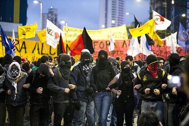 Ativismo 'preguiçoso' é maioria em páginas 'black bloc' na rede