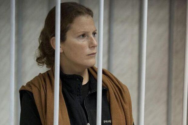 Brasileira completa 1 mês em prisão russa sem notícias de direito à fiança