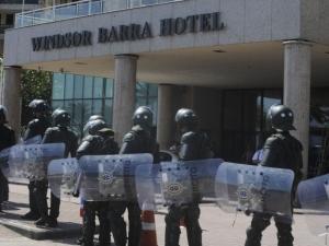 Mesmo com tropa do Exército, rotina de hotel que vai sediar leilão não é modificada