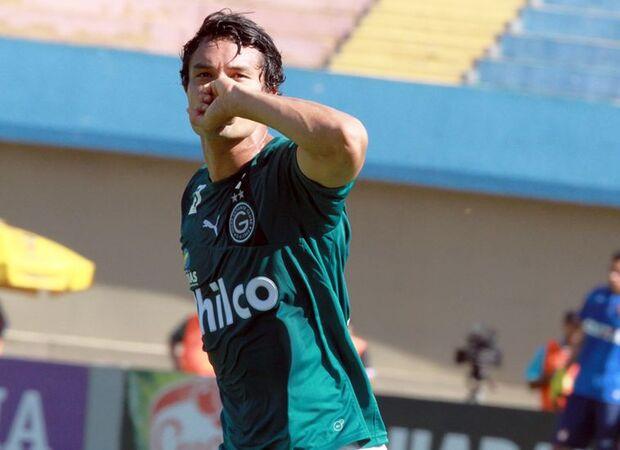 Goiás desbanca Atlético-PR e se aproxima do G4