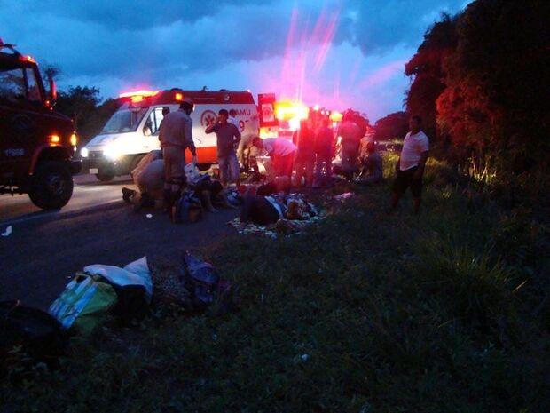 Ônibus tomba e deixa 40 pessoas feridas na BR-262