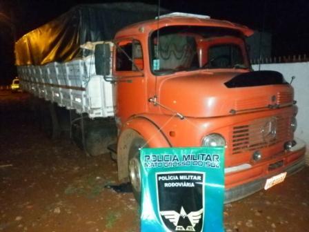 PMR encontra caminhão carregado de contrabando abandonado