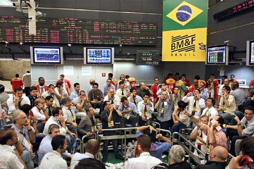 Dólar cai e Ibovespa sente o efeito nas ações mais vendidas no país