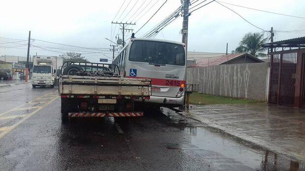 Ao desviar de carro, caminhão bate em ônibus em Campo Grande