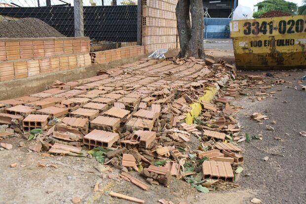 Temporal 'surpresa' destruiu barracos e derrubou árvores e muros na Capital