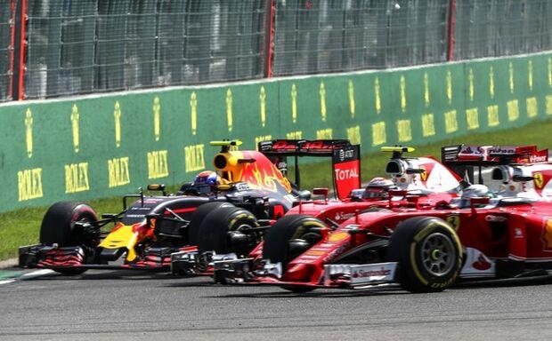 'Prefiro jogá-los para fora da pista', diz Verstappen sobre dupla da Ferrari